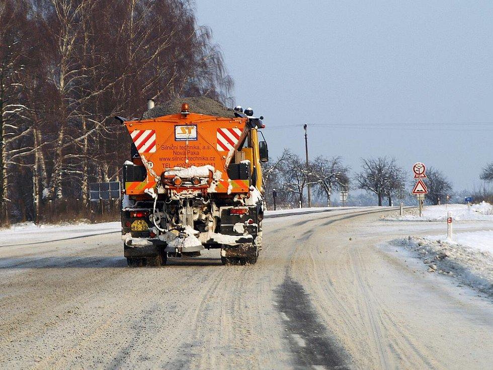 Zimní údržbu na Chrudimsku komplikují silničářům silné mrazy.