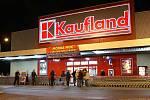 Kaufland lákal zákazníky na Modrou noc plnou slev.