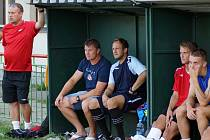 Na lavičce sledoval s trenérem Pavlem Jirouskem (druhý zleva) přátelskou remízu i kanonýr Radim Holub (třetí zleva), který se zatím připravuje individuálně a do utkání vůbec nezasáhl.