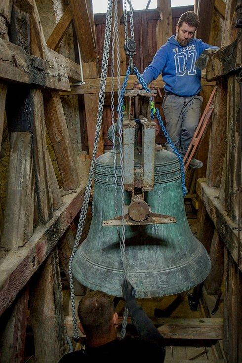 Nový zvon dostal jméno Panna Maria. Jeho předchůdce po pěti stech letech dosloužil, ale ve sběru neskončí. Bude vystaven na zahradě u kostela.