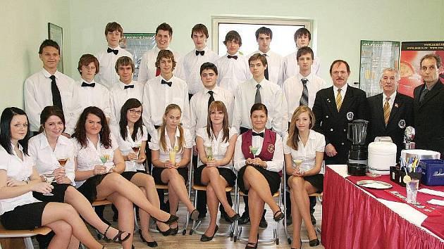 Týdenní barmanský kurz šestinásobného barmana roku a mistra světa Karla Zapalače absolvovalo celkem 21 studentů Hotelové školy Bohemia.