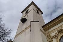Zvony kostela v Heřmanově Městci cijí k uctění památky obětí pandemie