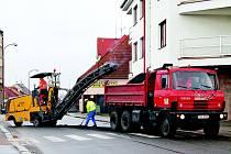 U KATASTRÁLU. PRACOVNÍCI chrudimské stavební firmy Hold se pustili do místního frézování vozovek poškozených po zimě.
