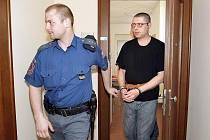 Obžalovaný Radek Štros z Chrudimska stanul 1. března 2011 před Krajským soudem v Hradci Králové pro obvinění z vraždy barmanky z vinotéky v Pardubicích, k níž mělo dojít listopadu 2010.