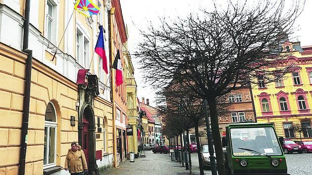 NA CHRUDIMSKÉ radnici zavlála na čestném místě vedle české státní vlajky a vlajky města také vlajka Tibetu.