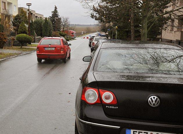 KVŮLI ŠŇŮŘE PARKUJÍCÍCH AUT dnes projíždějí vozidla, která míří ke kruhovému objezdu,  prakticky v celé délce Vlčnovské ulice v protisměru.