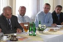 Účastníci jednání Jiří Vačkář, Jiří Kubínek, Pavel Šotola a František Jelínek (zleva).