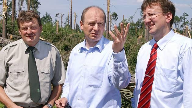Ministr Petr Gandalovič  (uprostřed) společně s  generálním ředitelem Lesů ČR Jiřím Novákem a krajským hejtmanem Ivo Tomanem (vpravo)  si prohlédli i vichřicí zpustošenou oboru v Janovicích.