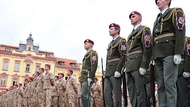 Slavnostní nástup 7. kontingentu Provinčního rekonstrukčního týmu (PRT) po návratu z afghánského Lógaru na chrudimském Resselově náměstí.