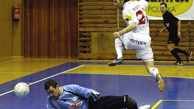 Futsalista Roman Mareš z Era-Packu právě přidává druhý gól do sítě Torfu Pardubice.