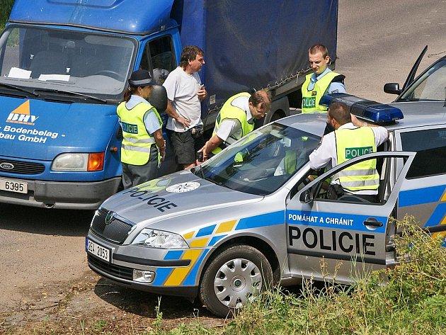 Při dopravně bezpečnostní akci pomáhal chrudimským policistům vrtulník.
