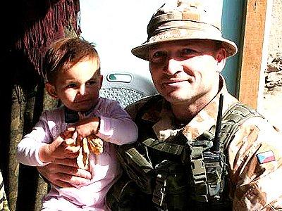 Velitel 6. kontingentu  podplukovník Petr Procházka s jedním z afghánských sirotků.