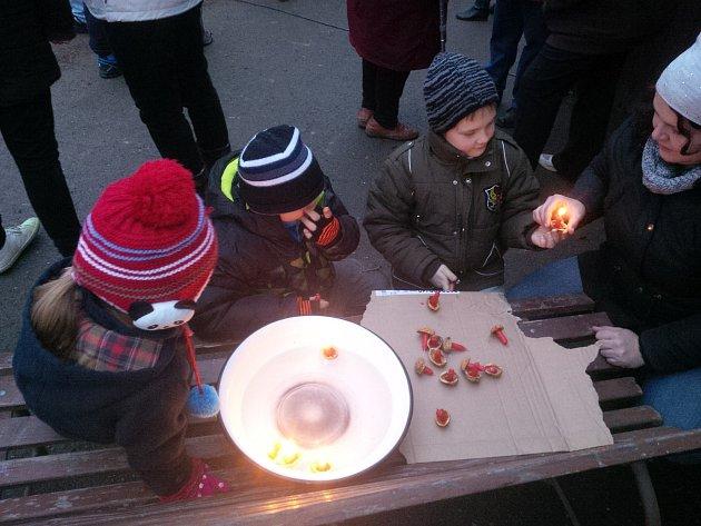 Děti v Krásném si první rozsvícení vánočního stromu krásně svátečně  užily