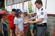 Policie potešila táborníky v letním táboře na Seči - Belidle ukázkami své činnosti.