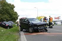Srážka dvou vozů u chrudimského Family centra si vyžádala dvě lehká zranění.