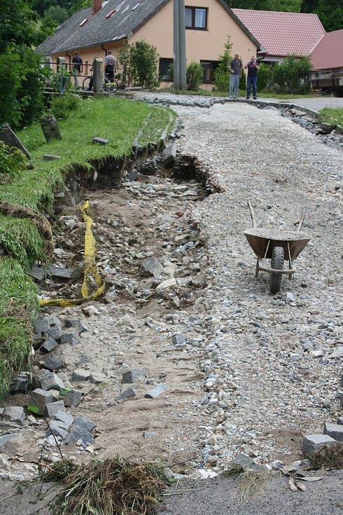 Vylitý a rozbouřený Podolský potok odnesl ve Vápenném Podolu celou silnici, vydlážděnou masivními žulovými kostkami. Místy proud během chvíle vyhloubil až metrové koryto.