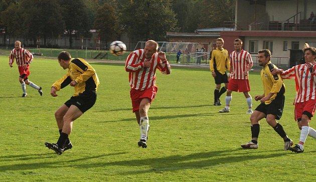 Z fotbalového utkání I. A třídy Slatiňany - Stolany 0:3.