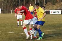 Fotbalisté MFK Chrudim (ve žlutém) zvítězili v 18. kole ČFL na hřišti Kunic 1:0. O jediný gól utkání se postaral Tomáš Vácha (u míče).