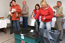 PRVNÍ DEN EUROVOLEB. Momentky z volebních místností v pátek v Chrudimi.
