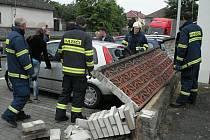 V Tovární ulici v Chrudimi, kde došlo ke zřícení zídky na zaparkované automobily. Hasiči provedli nadzvednutí a zajištění zídky. Dále odstranili z místa poničené automobily a nakonec zídku strhli.