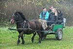 Milovníky koní neodradila v Kozojedech na Chrudimsku od účasti na Hubertově jízdě ani hustá mlha ležící na pastvinách.