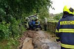 Přehrada se zaplňuje, do bláta zapadla sanita i traktor
