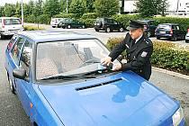 Policisté při preventivní akci procházeli parkoviště, varovali řidiče před zloději a nechávali na autech leták s upozorněním a také obecnými radami, co dělat v případě, že ke krádeži dojde.