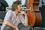 DAN BÁRTA. Jeden z nejlepších českých zpěváků vystoupil v sobotu na chrudimském náměstí společně s jazzovým seskupením Robert Balzar Trio.