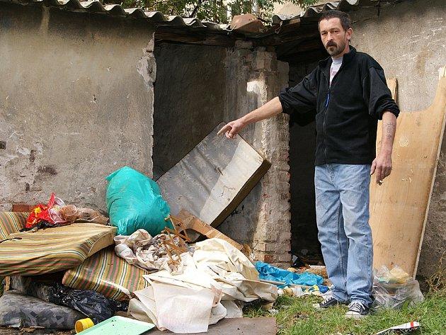 STANISLAV CHLOPKO zajistí během následujícího víkendu vyklizení venkovních neoznačených sklepů. Chlopko zastává od druhé poloviny srpna funkci domovníka v jednom z bytových domů v chrudimské Revoluční ulici.
