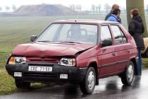 Řidič mazdy skončil nejprve v příkopu, odsud se odrazil do protismeru, kde došlo ke střetu s favoritem.