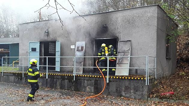 Výboj statické elektřiny způsobil požár skladu v Hlinsku