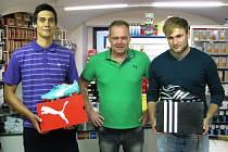 ŠTASTNÍ VÍTĚZOVÉ spolu s majitelem firmy TOMAS Sport Tomášem Mackem, který je dlouhodobým partnerem soutěže.