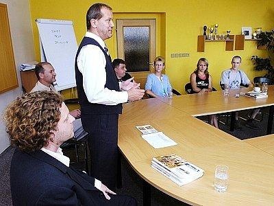 Šéfredaktor Deníku východní Čechy Jan Korbel vítá tvůrce nejlepších snímků v sídle vydavatelství Deníku v Hradci Králové.