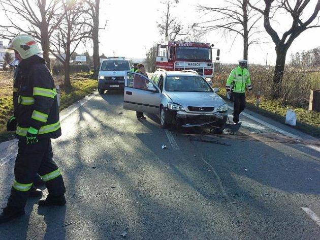 K nehodě dodávky, nákladního a osobního vozu do Heřmanova Městce vyjížděli profesionální hasiči z Chrudimi a místní dobrovolní hasiči. Při nehodě byly zraněny tři osoby, včetně řidiče-vozíčkáře, kterého hasiči museli vyprostit z vozu.