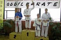 Bára Bukáčková (na snímku uprostřed) vybojovala 1. místo v kata a 2. místo v kumite.