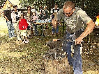 Návštěvníci se mohli zblízka podívat i na práci kováře.