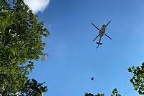 Záchrana paraglidistky ze stromu v Luži.