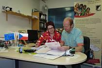 Eva Fruhwirtová ze společnosti WIFI CZECH REPUBLIC při dojednávání vzdělávacího programu s Romanem Málek v kanceláři Občanského sdružení Altus.