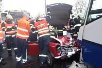 Šofér automobilu se těžce zranil při střetu s autobusem v Podhořanech u Ronova.
