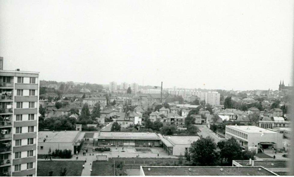 Včera a dnes. Historické snímky ukazují výstavbu sídliště pro 500 obyvatel. Současné fotky vypovídají o ošklivosti horkovodních trubek.