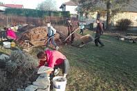 Přírodní zahrada u místní mateřské školy se po čtvrteční společné brigádě jarně probudila.