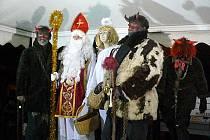 UŽ SE TO BLÍŽÍ. Vánoční stromeček se na místním Resslově náměstí slavnostně rozzářil první prosincovou neděli.