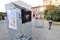 Drátěné ohrádky zatížené žulovými kostkami slouží jako nosiče vystavovaných fotografií. Najdete je například na Žižkově náměstí nad Širokými schody. Foto: Deník/Marek Nečina
