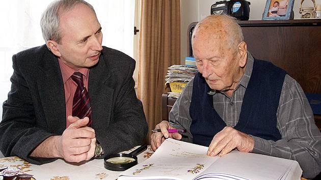 Březen 2008: Evangelický farář Jan Kantorek se právě dožil svých stoprvních narozenin. Přišel mu popřát místostarosta města Pavel Kobetič.