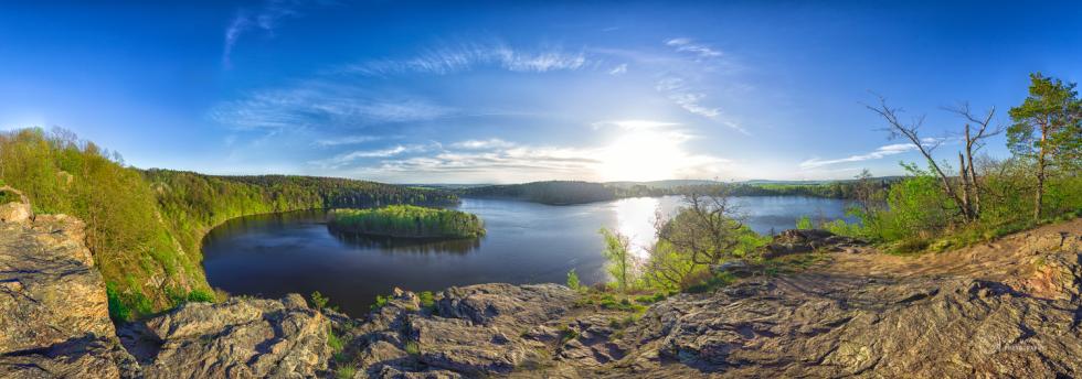 JARO. Čtyři roční období na známé vyhlídce Sečské přehrady byly fotografovány za velmi specifických podmínek - hodinu před západem slunce s typickým zabarvením a typickou oblačností pro dané období. Proto projekt trval tři roky.