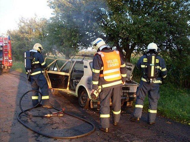 Díky neuvěřitelné náhodě, kdy se hasiči vraceli kolem z nedalekého zásahu u spadlého stromu, byli u hořící škodovky u Třech Bubnů na Chrudimsku během pouhých dvou minut.