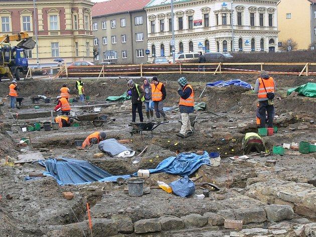 Práce archeologů na parkovišti u hotelu Bohemia v Chrudimi.