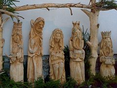 Ručně tesané sochy betlému jsou v životní velikosti jsou dílem řezbáře Josefa Cypriána.