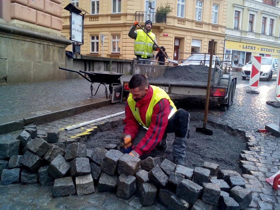Rychlá obnova žulového dláždění po opravě prasklého vodovodního potrubí.