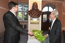 Tehdejší ministr spravedlnosti Jiří Pospíšil a autor plastik Jaroslav Brož společně odhalují jednu z bust chrudimského panteonu.